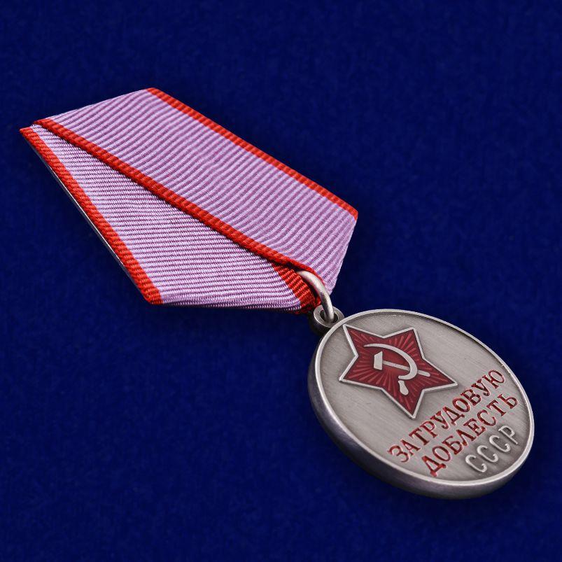 Вид муляжа медали под углом